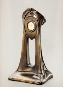 Guimard. Pendulette en bonze patiné. Haut. 44,5 cm, larg. 24 cm, prof. 16,5 cm. Collection Zehil.