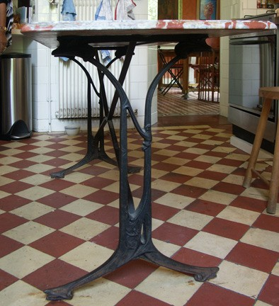 Pied de table GA en fonte par Guimard. Coll. part.