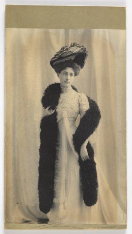 Portrait de femme en pied, s.d. Photographie. Haut. 20,6 cm, larg. 13,2 cm. Cooper-Hewitt Museum. Don de madame Guimard. Inv. 18411111.