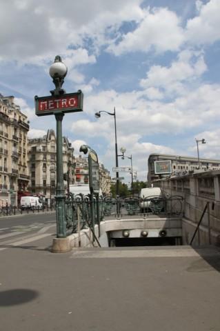 Accès de métro à la station Gare de Lyon. Les droits patrimoniaux de la balustrade de Guimard sont tombés le 1er janvier 2013, ceux du candélabre Dervaux tomberont le 1er janvier 2015. Pour leur part, les droits moraux associés à l'une et à l'autre sont éternels.