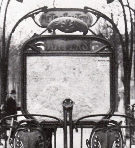 Détail d'une photo de l'entourage à écussons de la station Anvers. Après 1913. Photo coll. part.