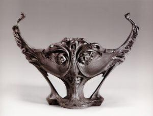 Guimard. Coupe GD en fonte. Fonderie de Saint-Dizier. Haut. 51,5 cm, larg.70,5 cm, prof. 46,5 cm. Collection Zehil.