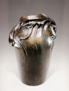 Guimard. Vase en bronze patiné. Haut. 26 cm. Collection Zehil.