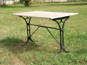 Pied de table en fonte moderne, « pseudo-Guimard », fonderie de Saint-Dizier. Coll. part.