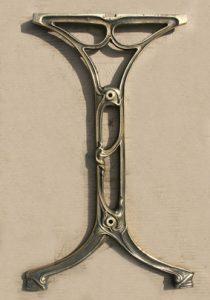 Pied de table en fonte moderne, « pseudo-Guimard », version « bronzée », photographié dans les réserves de la fonderie de Saint-Dizier.