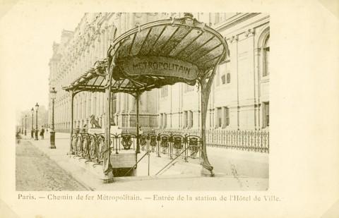 L'édicule A à claire-voie à son emplacement originel à la station Hôtel de Ville, rue de Lobau